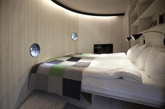 Slaapkamer van de vogelnest boomhut van Treehotel Zweden