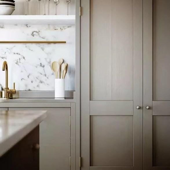 Interieur | '50 Shades of Greige' (Warm Grijs), wonen, huis inrichten, kleurinspiratie - www.stijlvolstyling.com : Greige kitchen with marble...