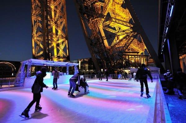 에펠탑에서 아이스 스케트를 타는 연인들