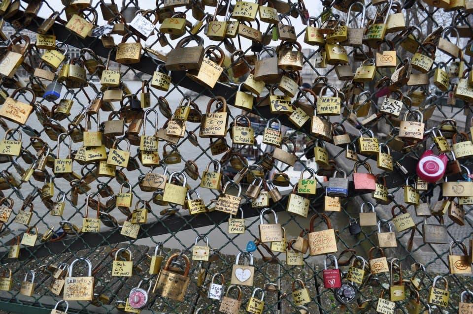 사랑의 다리 난간 위에 채워져 있는 열쇠들