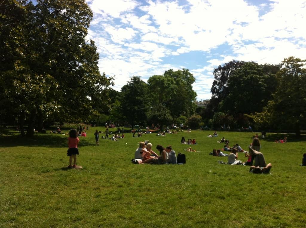 Día soleado en el parque Monceau en junio en París