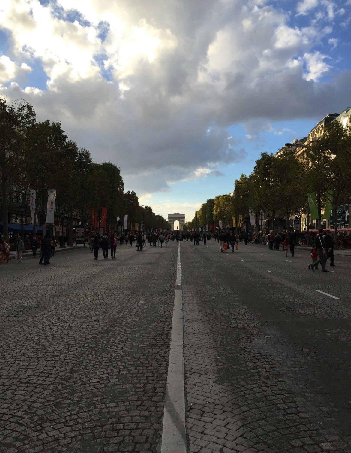 Der Triumphbogen in Paris von Champs Elysées
