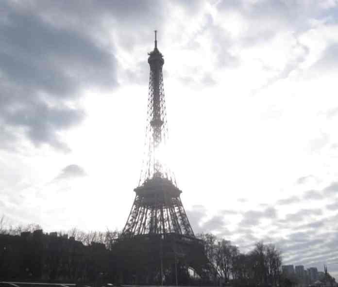 Vista de la Torre Eiffel desde un crucero por el Sena