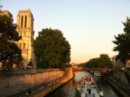 Crucero romántico durante la puesta de Sol en París