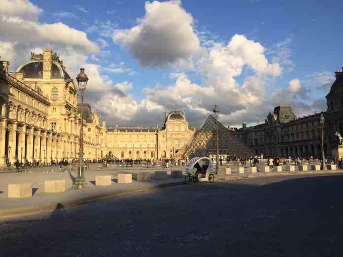 Bewölkter Himmel in Paris im April