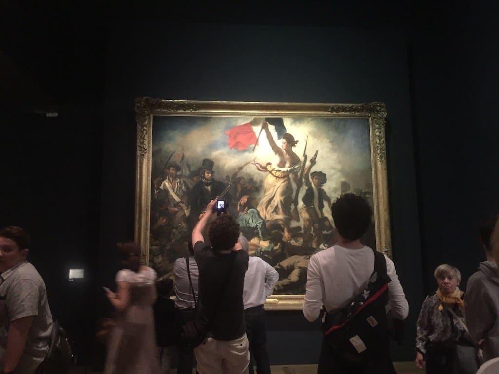 Vrijheid die de mensen in het Louvre begeleidt