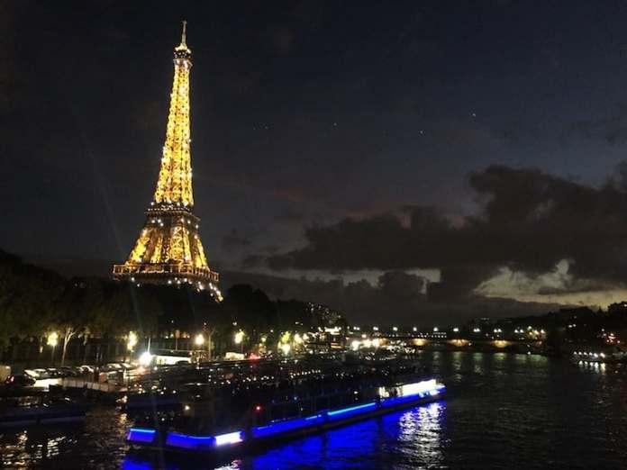 Bateau Mouche en París al caer la noche