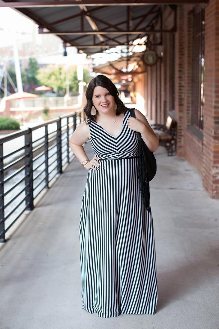 Striped maxi dress, black fringe bag - Maternity / Pregnancy Style (1)