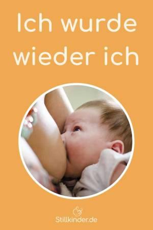 Ein Baby an der Brust seiner Mutter