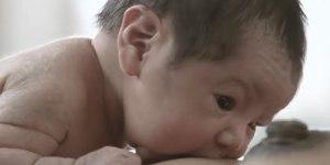 Reflexe bringen das Baby zur Brust