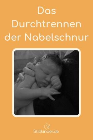 Ein Neugeborenes erholt sich am Körper seiner Mutter