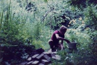 Johannes Bosma helpt met het aanleggen van klinkerpaden
