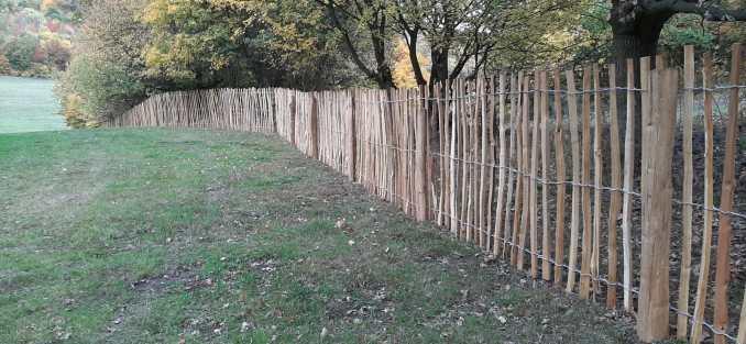 plot ze štípaného akátu svázaný pozinkovaným drátem