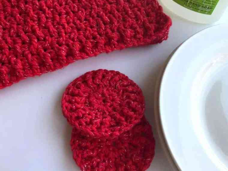 Quick and easy free crochet patter for dishcloths and dish scrubbies. Great pattern that can also be used as a washcloth and face scrubbies. #crochetdishcloth #crochetfacescrubbies #crochetwashcloth