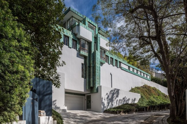 a-street-view-of-the-samuel-novarro-house-by-lloyd-wright