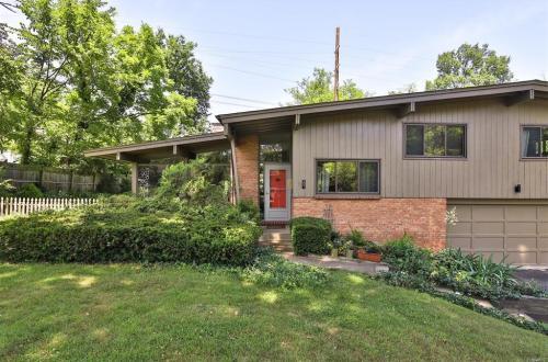 Harris Armstrong Designed Home in Kirkwood | 501 Woodleaf Court