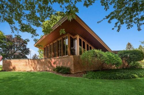 """Frank Lloyd Wright's """"The Harper House"""" On Lake Michigan Lists For $1.96 Million 