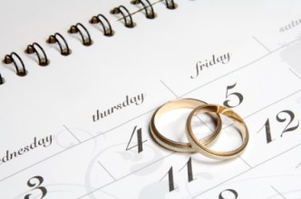 Image of a calendar and a set of wedding rings
