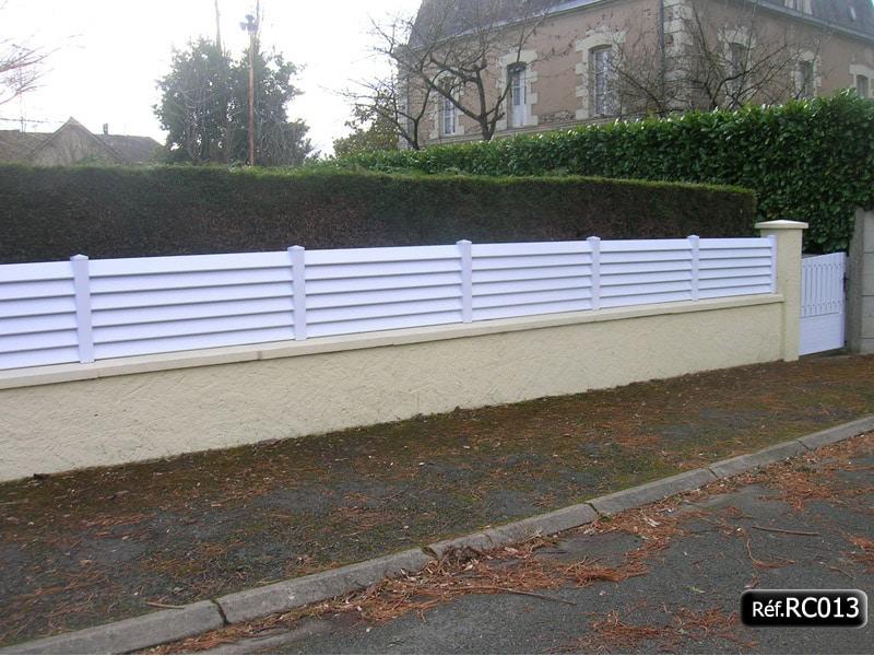 Cloture Persienne Ou Claire Voie En Pvc Blanc A Poser Sur Un Mur Stockflash
