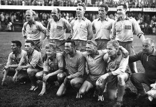 """Swedish squad at the 1958 FIFA World Cup"" av Pressens Bild - dn.se. Licensierad under Public Domain via Wikimedia Commons."