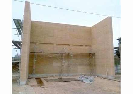 Erweiterungsbau für das Krankenhaus in le Duché d'Uzès: Auch kann solch ein Gebäude sehr schnell errichtet werden. Denn die Steinblöcke sind 2,10 m x 0,90 m groß und es braucht nur einen Kran, um sie an Ort und Stelle zu heben.