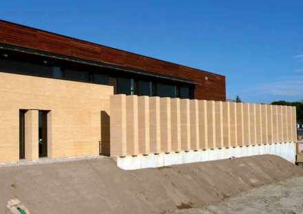 Costruzione di ampliamento per l'ospedale a Duché d'Uzès: Le finestre strette insieme alle colonne verticali davanti alla facciata riprendono gli scaffali degli interni.