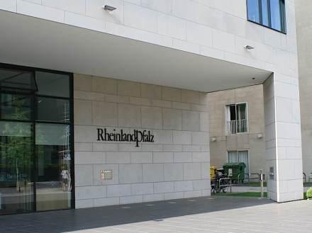 Vertretung von Rheinland-Pfalz in Berlin. Fassade mit Mainsandstein weiß-grau des Bamberger Natursteinwerks.