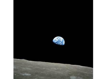 Die Erde geht auf, mit dem Mond im Vordergrund. Das Foto machte die Mannschaft von Apollo 8 am 24. Dezember 1968. Foto: Wikimedia Commons