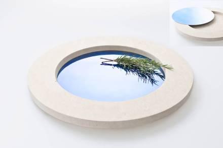 """Per """"Fundu"""" Diego Vencato si è fatto ispirare dal paesaggio della Puglia: lui vede l'azzurro del cielo e del mare come elementi determinanti insieme alla pietra calcarea di Lecce. Il vassoio con un disco in acciaio azzurro riflette questa impressione."""
