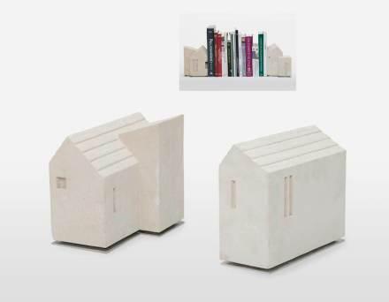 """Die """"Due Cassette"""" (Zwei Häuschen) von Luca Scacchetti sind als Buchstützen gedacht."""