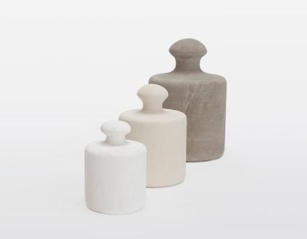 """""""Pesi"""" (Pesos) de Maurizio Prina têm forma bastante conhecida, eles foram projetados para serem travas de portas e pesa-papéis."""