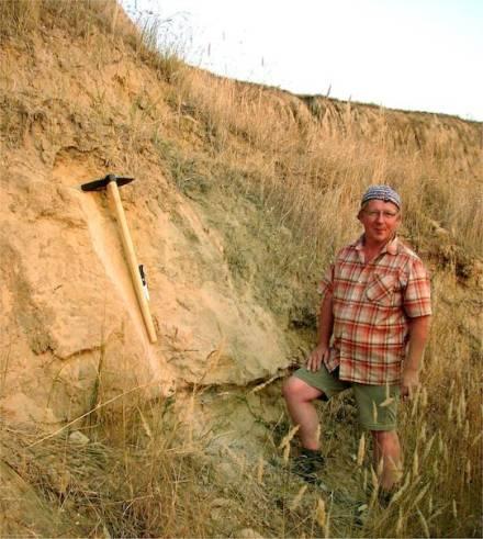 Dr. Ulrich Hambach, Geomorphologe an der Universität Bayreuth, vor der einen Meter dicken Schicht aus vulkanischer Asche im Steinbruch von Urluia in der Dobrudscha, einem Landstrich im Südosten Rumäniens. Foto: Dr. Ulrich Hambach