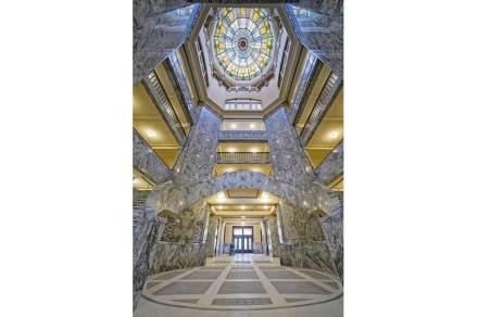 Si accede all' interno attraverso una rotonda che si sviluppa in altezza per 6 piani.