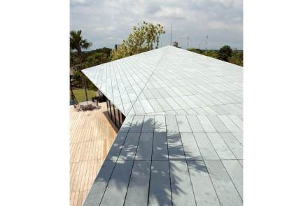 Das Dach ist mit Schieferplatten belegt, damit das Material dort kontinuierlich weitergeführt wird. Von 2 Balkonen kann man auf das Dach schauen.