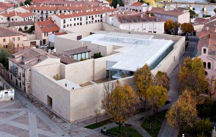 I muri fanno parte della nuova costruzione dell'Ufficio delle Entrate della città (Consejería de Hacienda) di Zamora, e per di più seguono la circonferenza dell' ex giardino del convento.