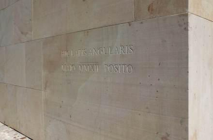 """Y, en el tema de la piedra natural, hay que resaltar la que se encuentra en la esquina del edificio cercana a la catedral. Se trata de un bloque macizo con unas medidas de 2,5 x 1,5 x 0,5 cm, y que lleva la inscripción """"Aquí se colocó la primera piedra en mayo de 2012""""."""
