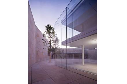 But glass is the distinguishing factor of this complex. The outer glass shell is made of panes 6 x 3 m and 2.4 cm thick.