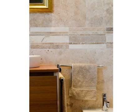 Las bandas de mosaico a lo largo de las paredes de un baño pueden servir para colocar pequeños detalles decorativos.