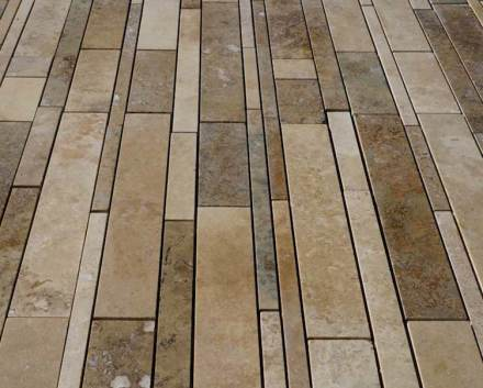 La superficie de la piedra está pulida, y los poros se han cerrado con cemento coloreado. La piedra es resistente a las heladas y también se puede utilizar en espacios exteriores.