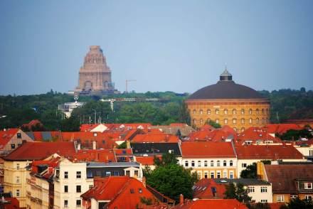 Im ehemaligen Gasometer (rechts) zeigt der Künstler Yagedar Asisi die Stadt Leipzig nach der Schlacht als 360-Grad-Panorama.