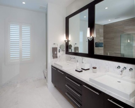 Ganz anders gestaltet ist die gegenüber liegende Seite des Badezimmers.