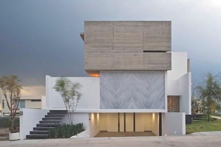 In che modo si possono utilizzare le pietre naturali come accento nell' edilizia, questo lo fanno vedere Eliás Rizo Arquitectos e Agraz Arquitectos con la loro Casa X nella città messicana di Zapopan.