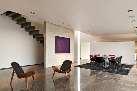 In alcuni spazi interni c'è un pavimento in marmo.