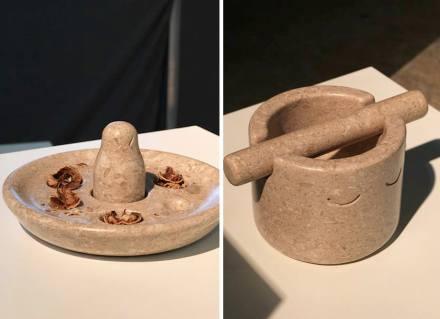 Das Gewicht des Marmors Chiampo Paglierino kommt bei einem dämonischen Nussknacker und einem grinsenden Gewürzhobel zum Einsatz.