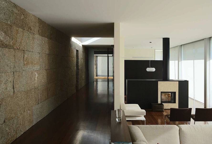 A drywall in the middle of the house serves as a heat - Decoracion muros interiores ...