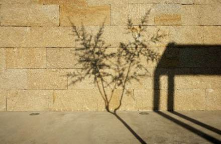 Uma particularidade da parede é que ela foi construída no método muro de pedra seca, sem adição de argamassa.