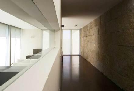 Uma casa dotada de uma espinha dorsal do gênero necessita contudo de uma repartição interna bem planejada. Ali correm em ambos os lados da parede maciça ambientes de passagem...,