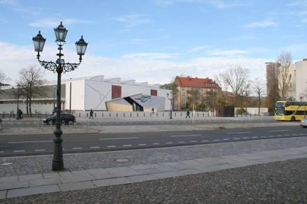 Blick vom Museum: das Natursteinpflaster schafft eine optische Verbindung beider Seiten.