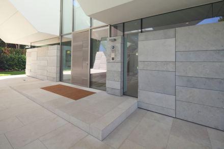 O piso é revestido com placas de calcário Muschelkalk (bujardado) e escovado.