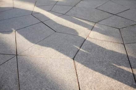 La pavimentazione su questa mini piazza riprende un motivo dell'arte islamica.